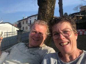 Pieter en Wietske in de tuin april 2021